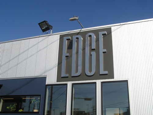 エッジ 自立看板 大型看板 壁面看板 ステンレス看板 看板製作 看板修理